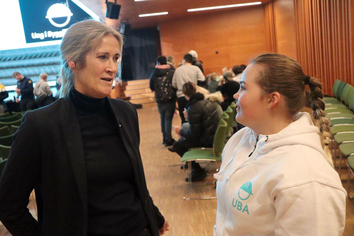 FLERE JENTER: – Det er viktig at vi har jenter som rollemodeller som kan fortelle at bygg- og anlegg faktisk kan være et alternativ også for andre jenter. I vår bransje kan man dessuten jobbe med teknologi, bærekraft og miljø, sier administrerende direktør Kari Sandberg i EBA. Her med 17-åringen Frida Sletten, som er betonglærling i BRG Entreprenør og sto på scenen under UBA i Kristiansand. Foto: Svanhild Blakstad