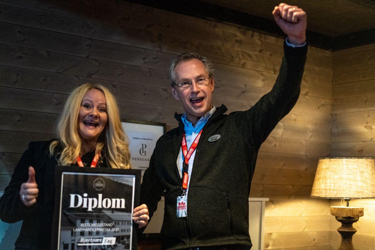 Prisen for beste stand under messa gikk til Bjertnæs Sag. Fra venstre: Bente Larsen og Peter Lie, begge Bjertnæs Sag. Foto: Gausdal Landhandleri