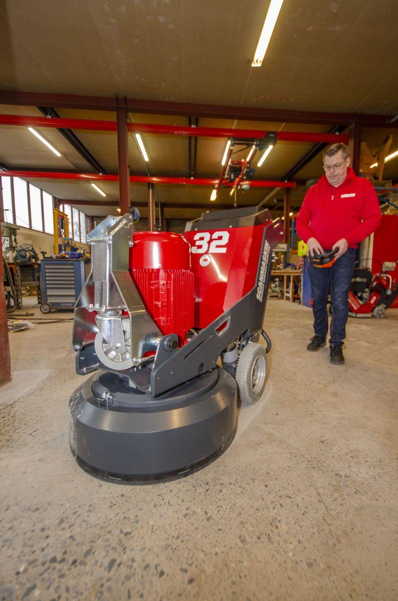 Erik Karjula i Scanmaskin demonstrerte den nye 32 World Series-slipemaskinen.