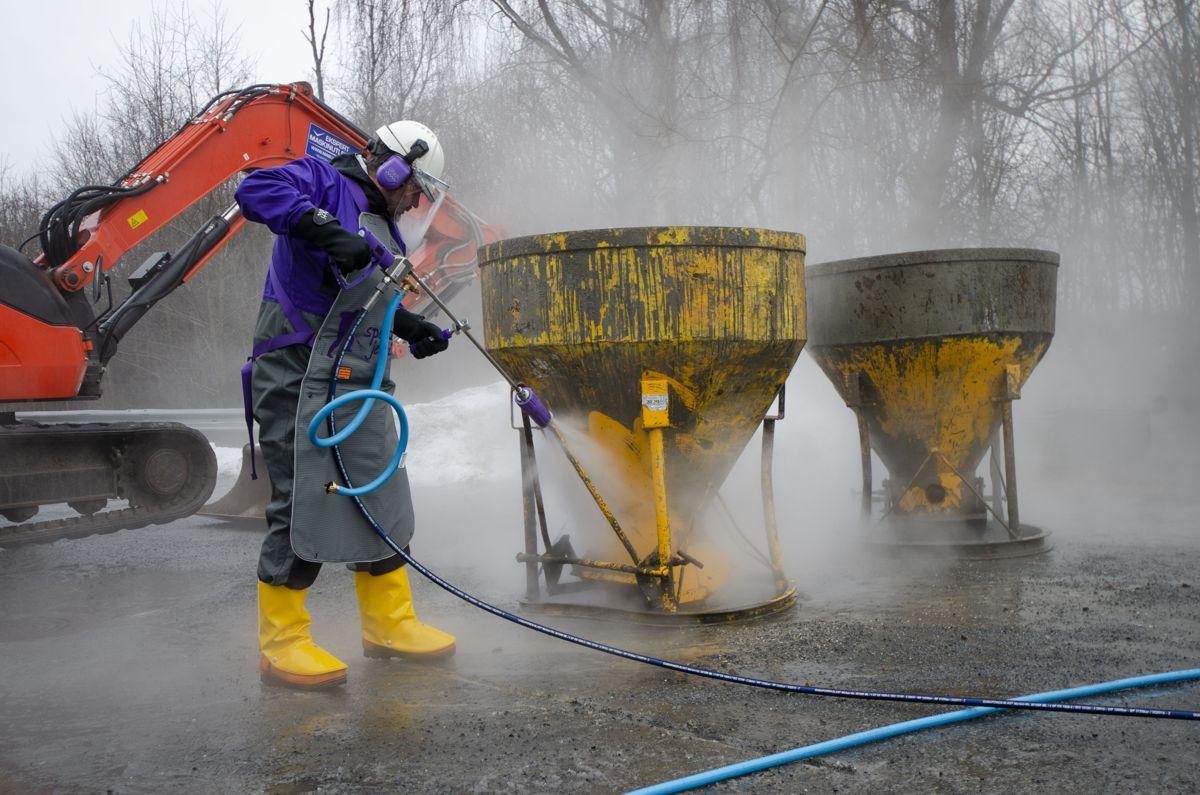 Cato Holmen i Normann Olsen Maskin blåste av størknet betong med 1.000 bar vanntrykk under onsdagens demonstrasjon av nye maskiner.