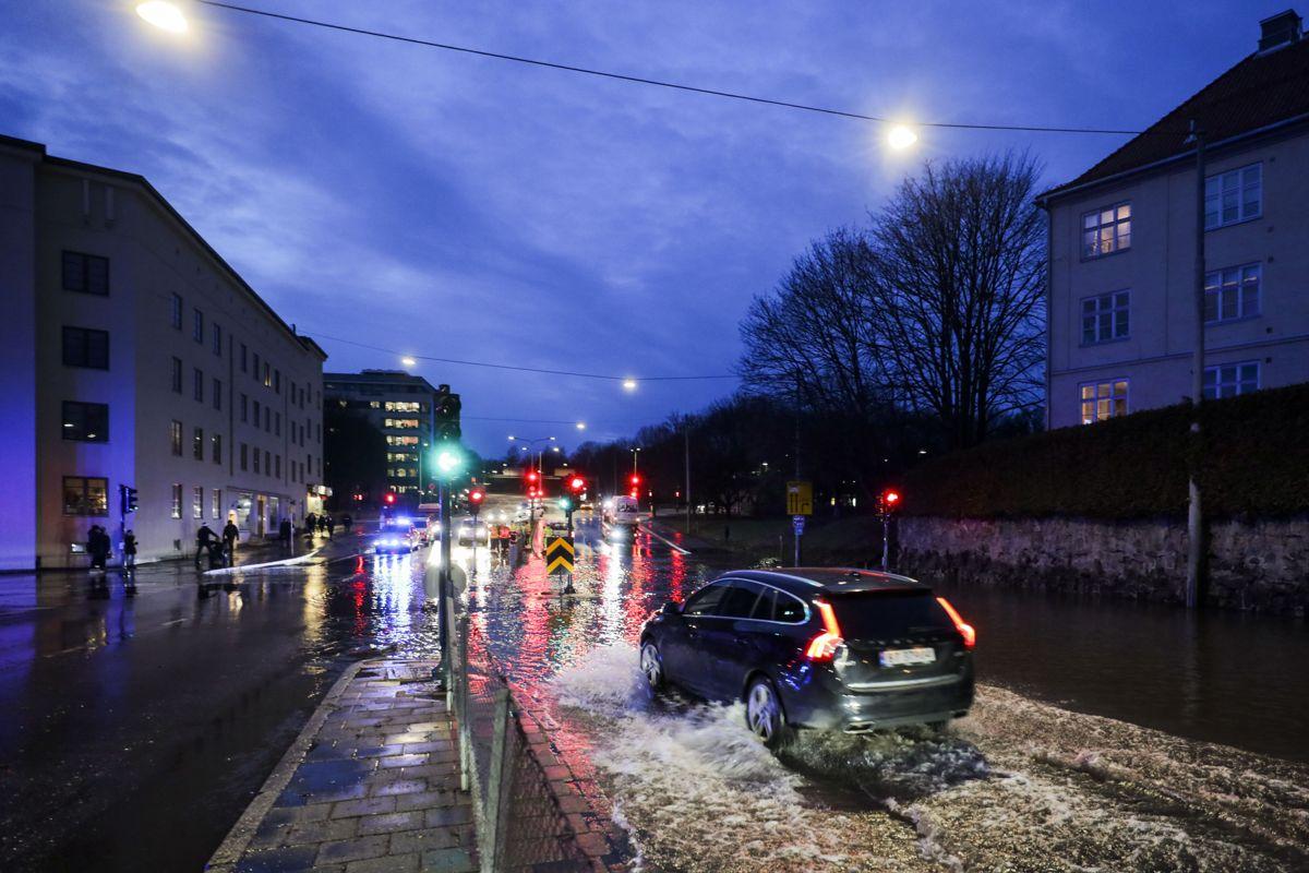<p>Ring 2 mellom Sognsveien og Vogts gate er stengt etter en vannlekkasje mandag ettermiddag. Foto: Ørn E. Borgen / NTB scanpix</p>