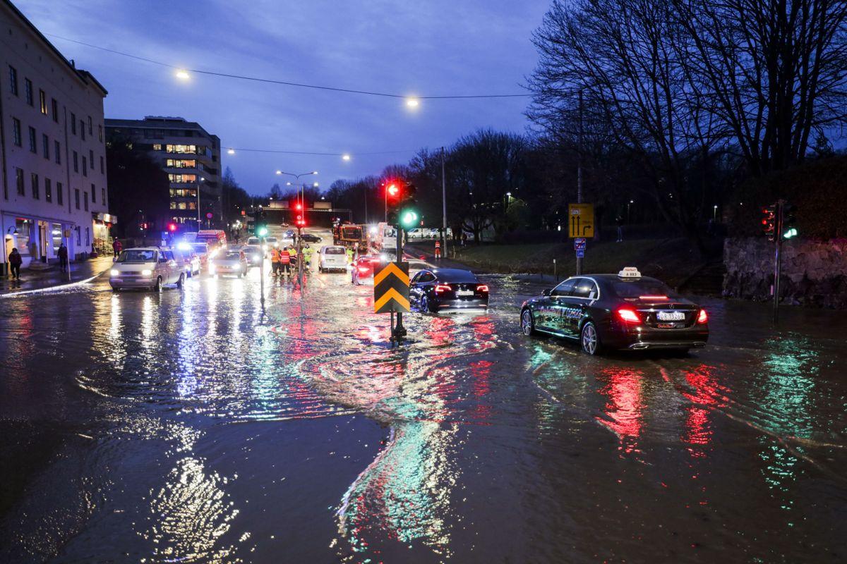 Ring 2 mellom Sognsveien og Vogts gate er stengt etter en vannlekkasje mandag ettermiddag. Foto: Ørn E. Borgen / NTB scanpix