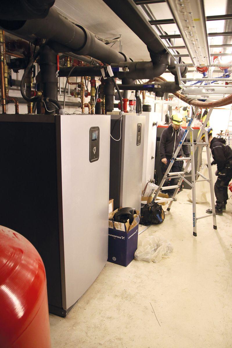 Det boret 18 energibrønner og varmepumpene ble koblet til så snart det var praktisk mulig.