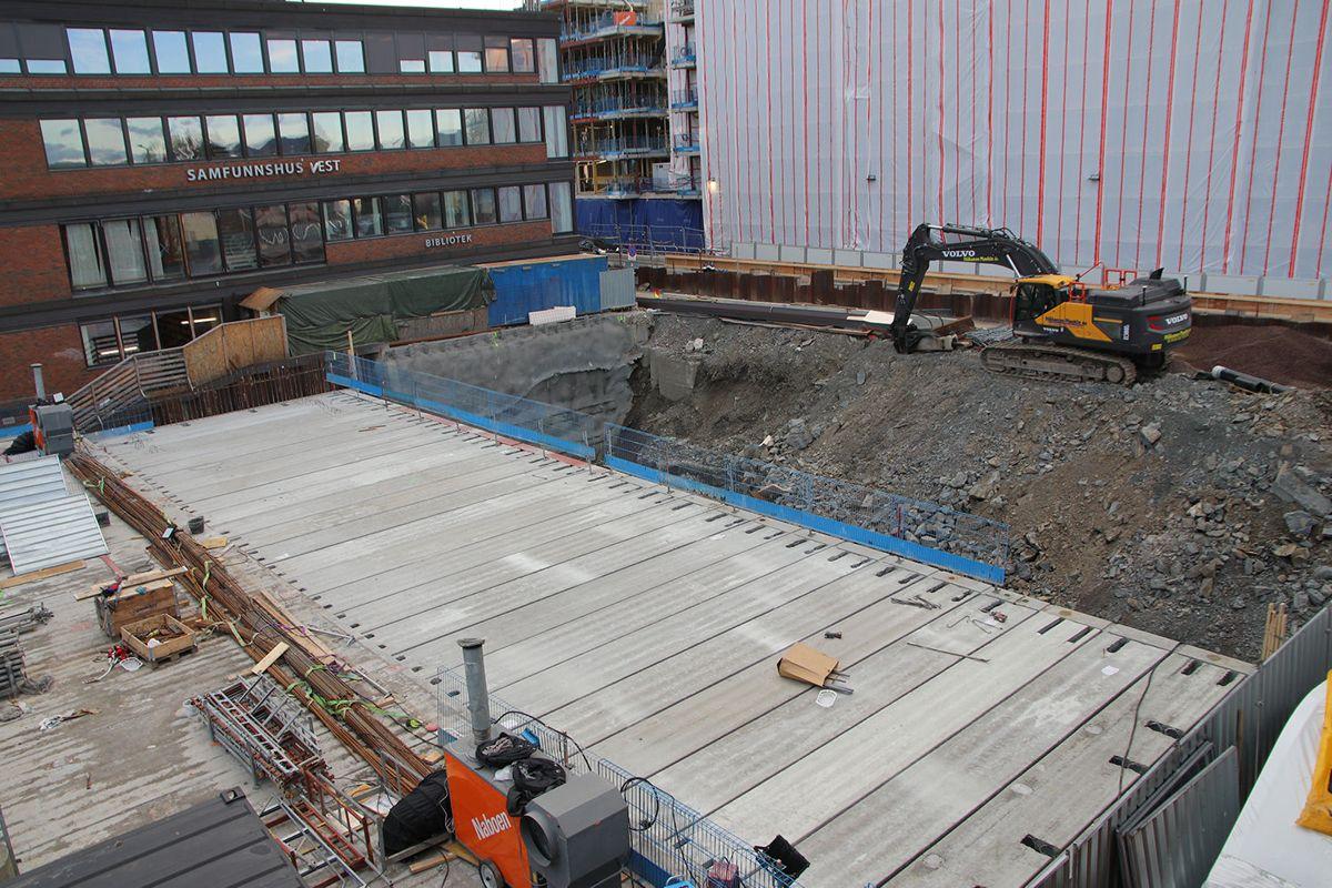 Utbyggingen skjer i en totalentreprise for byggherre Røa Sentrum. Kontrakten har en verdi på cirka 360 millioner kroner.