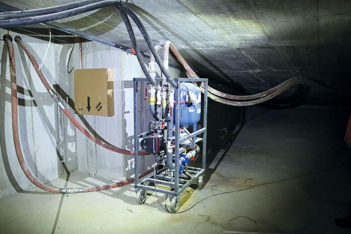 Det boret 18 energibrønner og varmepumpene ble koblet til så snart det var praktisk mulig. Deretter kom Naboen inn med sine løsninger som gjør det mulig å ta i bruk varmekilden i byggeperioden.