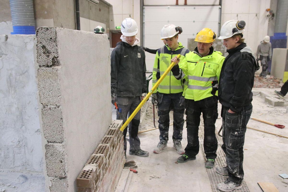 Thomas Heie Larsen (t.v.), Theodor Freidher Hamm og Theodor Steen-Guldbrandsen får vurdert arbeidet sitt av byggfaglærer og hockeytrener Glenn Johnsrud.