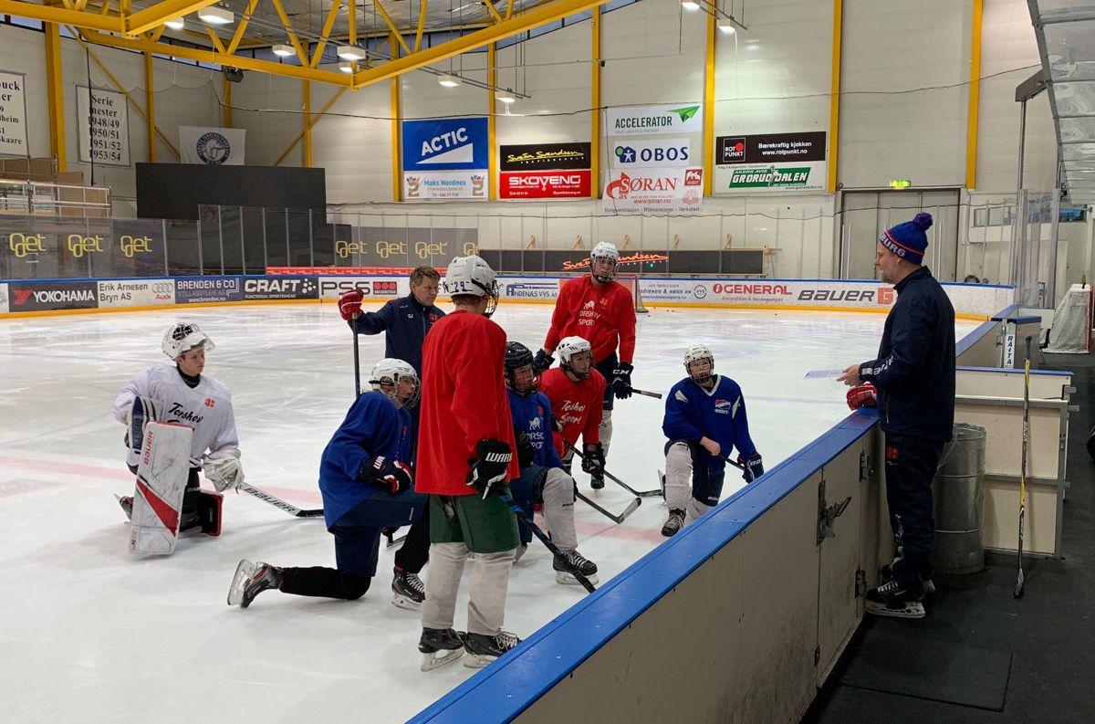 Kenneth Larsen (t.h.) har hovedansvaret for hockeybiten når elevene er i Furuset Forum.