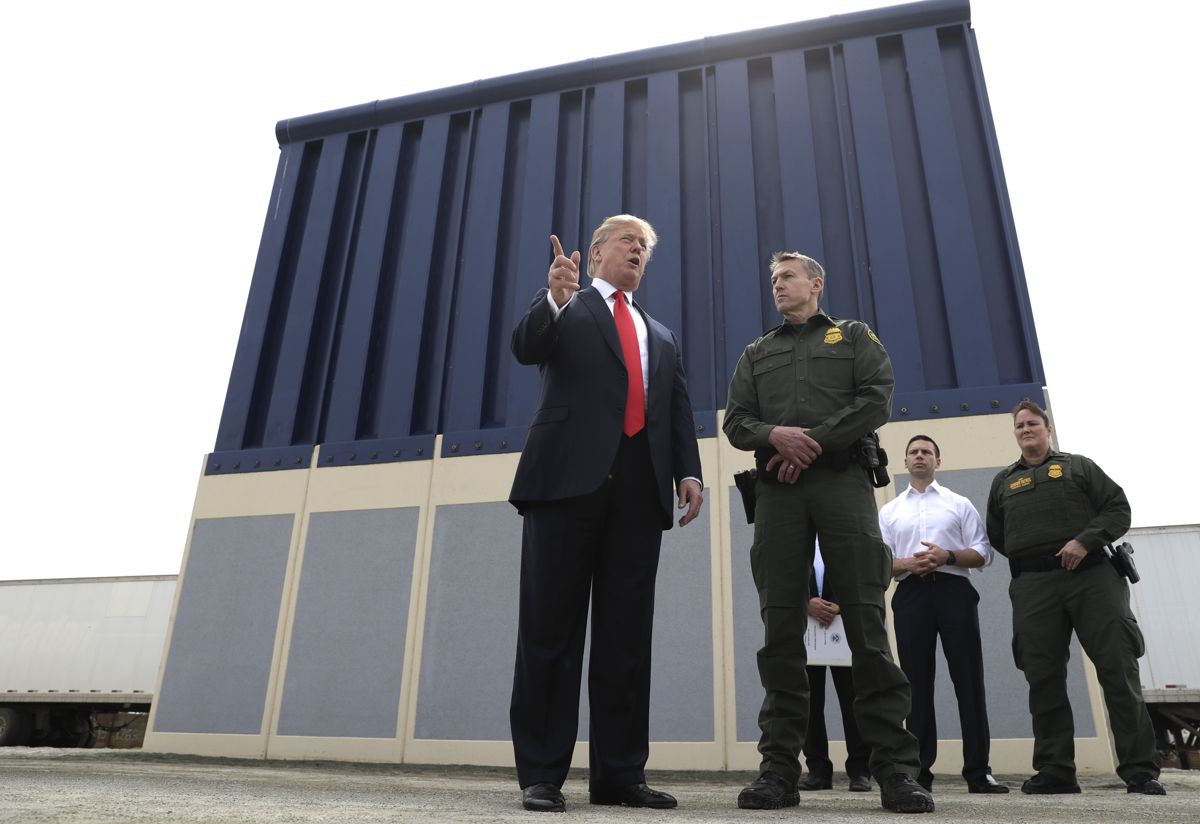 Donald Trump da han så på murprøver i San Diego i 2018, her sammen med Rodney Scott, sjef for grensevakten i San Diego. Foto: AP Photo/Evan Vucci