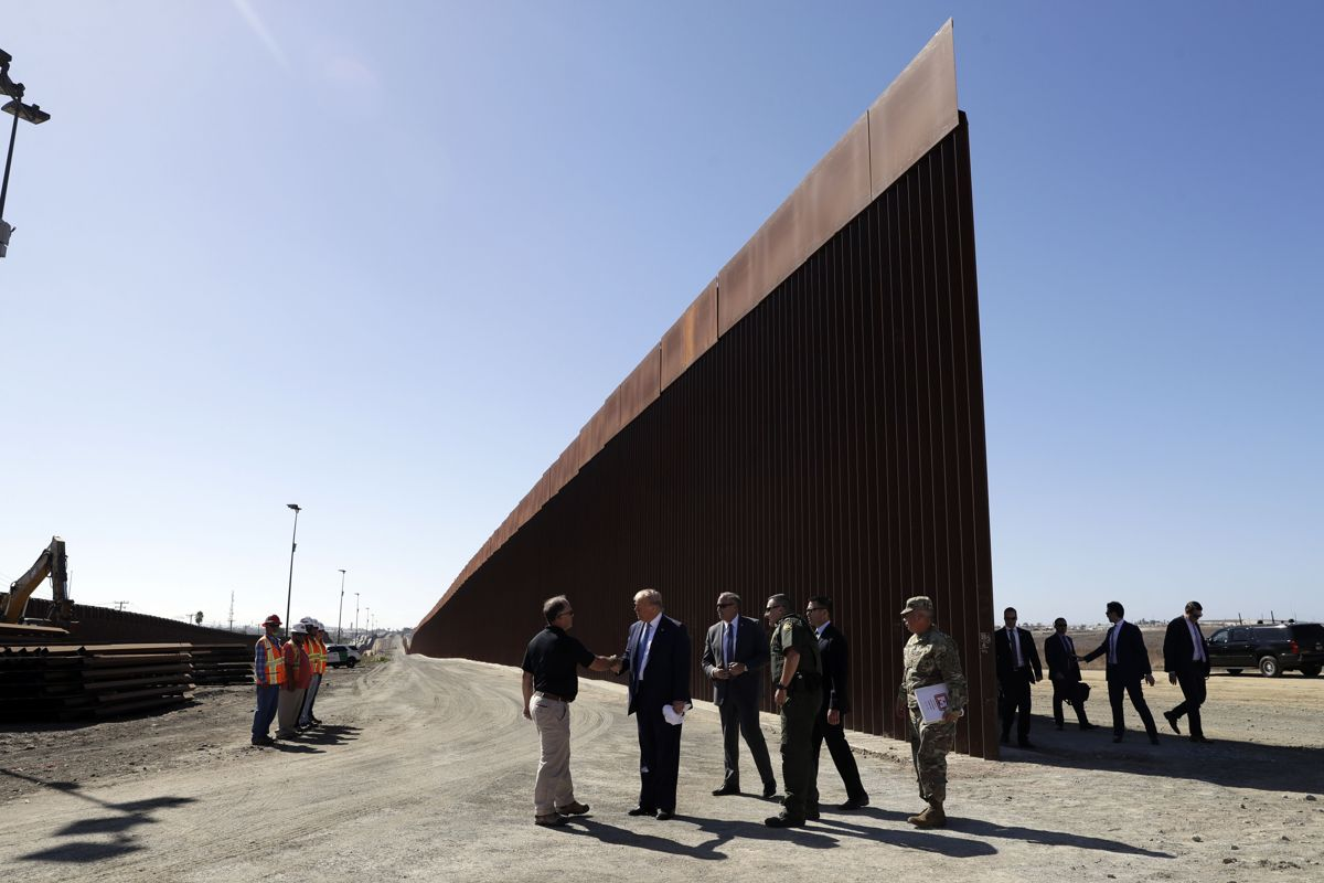 Muren mellom USA og Mexico blir ikke billig. Foto: AP Photo/Evan Vucci