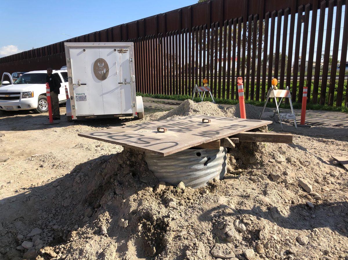 Her har en tunnel under den nye muren blitt oppdaget. Foto: AP Photo/Elliot Spagat