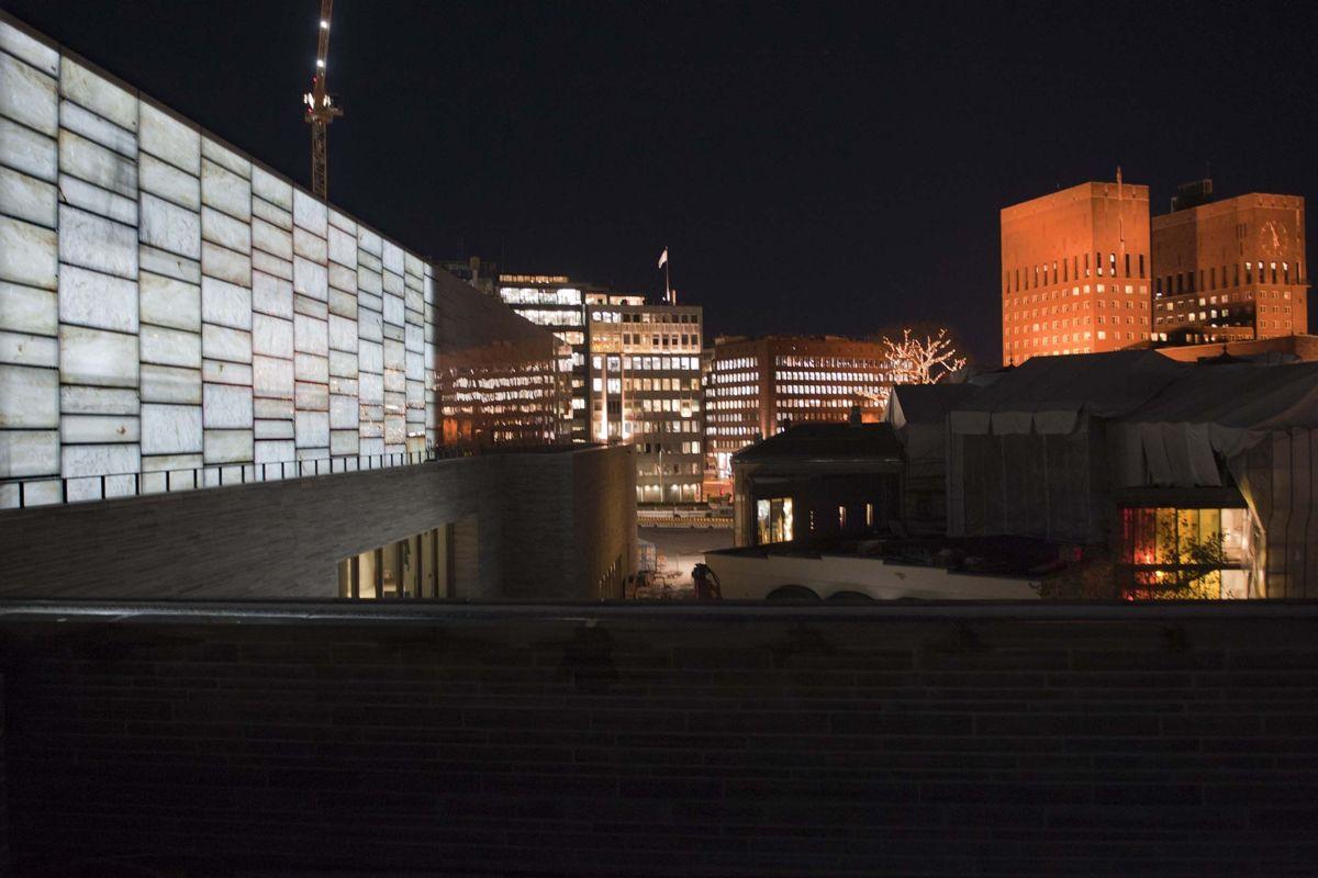 <p>Statsbygg testet lyset i glasshallen på det nye Nasjonalmuseet. Foto Ken Opprann</p>
