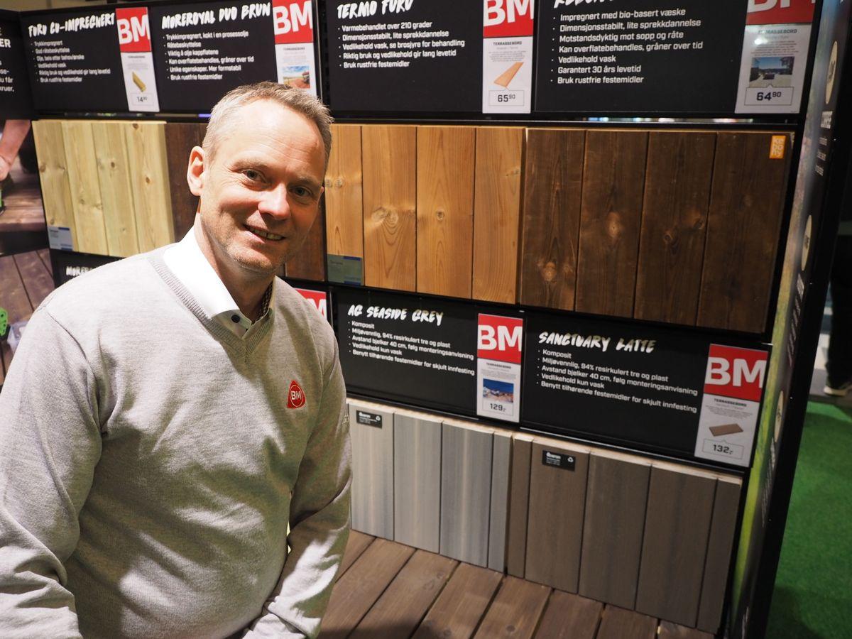 Kjededirektør Petter Knutsen foran ny visning av terrassegulv som nå introduseres for Byggmakkerforhandlerne. Foto: Jørn Hindklev