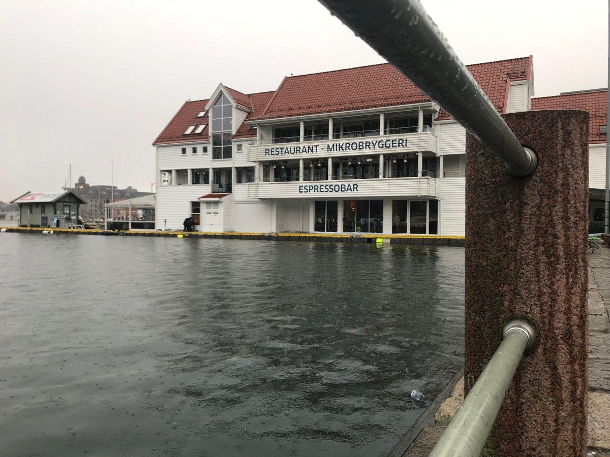 <p>Høy vannstand ved Zachariasbryggen i Bergen. Foto: Svanhild Blakstad</p>