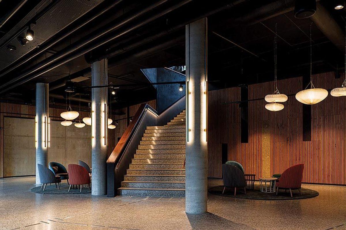 Trappa fra inngangen i plan 1 opp til resepsjonsområdet. Foto: Petter Abrahamsen/Voss Scandic