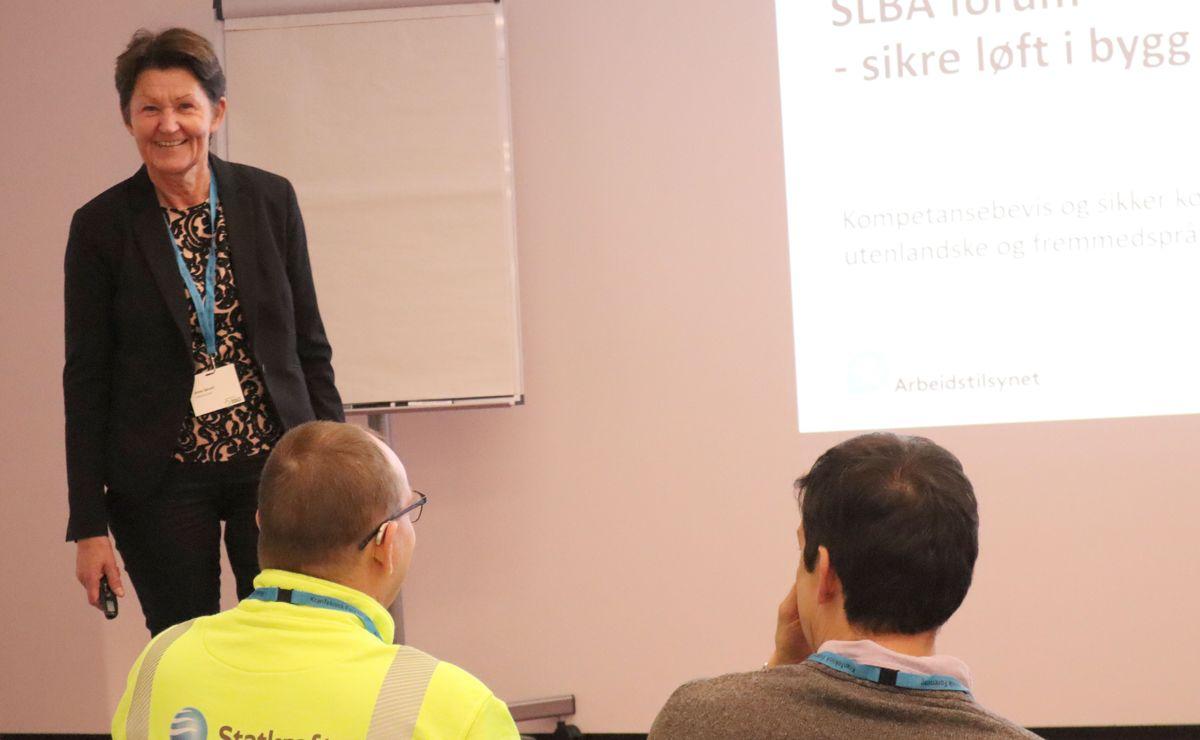 Det var mange spørsmål fra salen da Anne Sørum fra Arbeidstilsynet holdt et innlegg om kompetansebevis og sikker kommunikasjon for utenlandske og fremmedspråklige arbeidstakere. Foto: Svanhild Blakstad