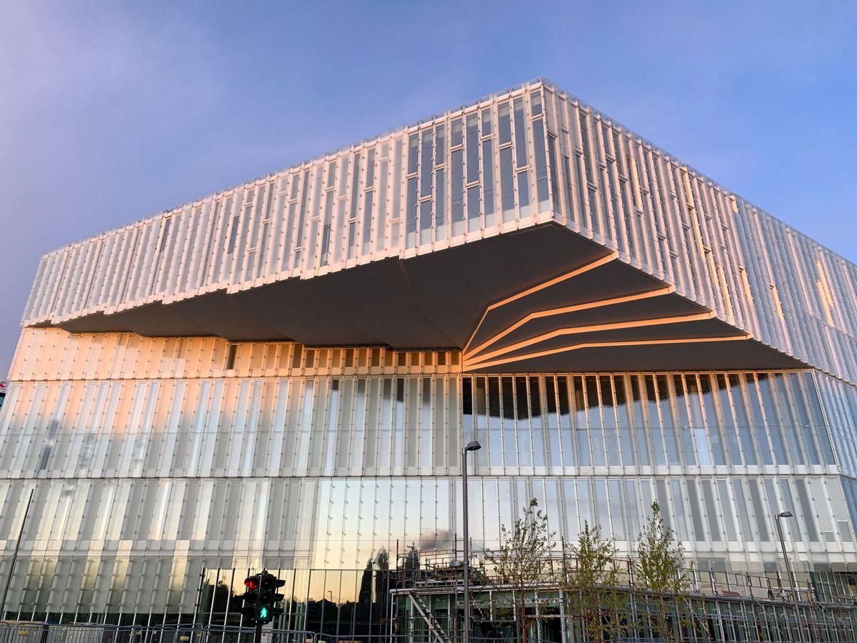 Hovedbiblioteket har en utkragning som på det meste henger 18 meter utenfor bygningskroppen og svever cirka 20 meter over bakken. Foto: Kultur- og idrettsbygg Oslo KF