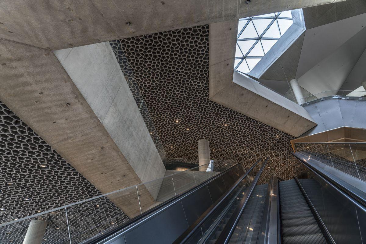 Innvendig er det ett stort biblioteksrom med tre lyssjakter som sprer dagslys ned igjennom etasjene. Foto: Jiri Havran