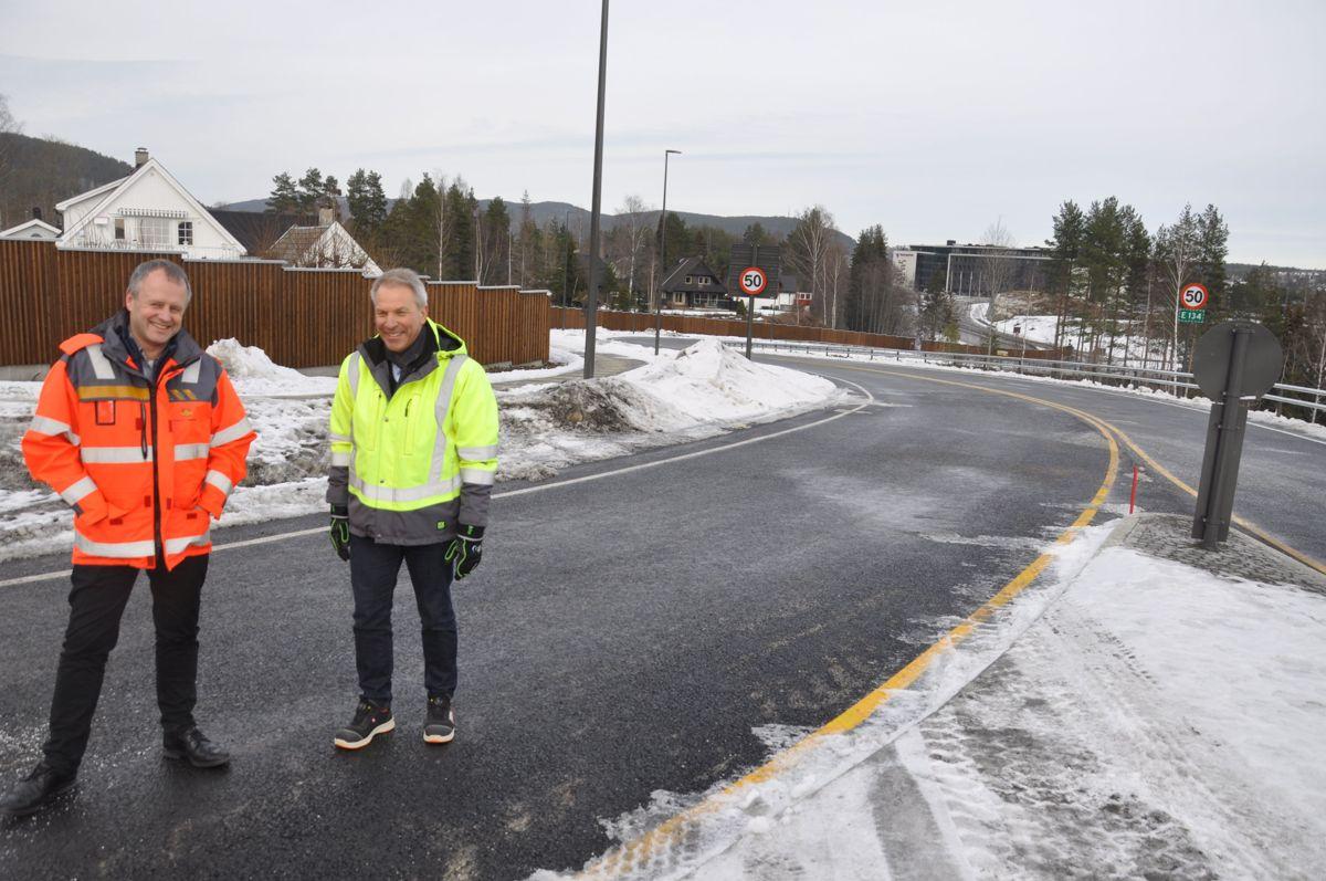 Johnny Løcka og Tom Hedalen kunne smile da veien Steglet-Teknologiparken endelig åpnet fredag ettermiddag. Foto: Kjell Wold/Statens vegvesen