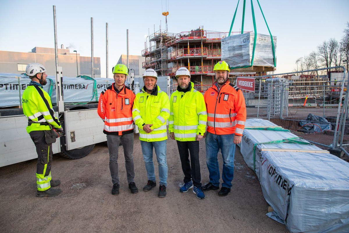 Ole Jakob Nes i Veidekke Entreprenør (fra venstre), Thomas Schøyen og Morten Thue i Optimera, og Steinar Andersen i Veidekke Entreprenør ved boligprosjektet Teieparken i Tønsberg. Foto: Optimera