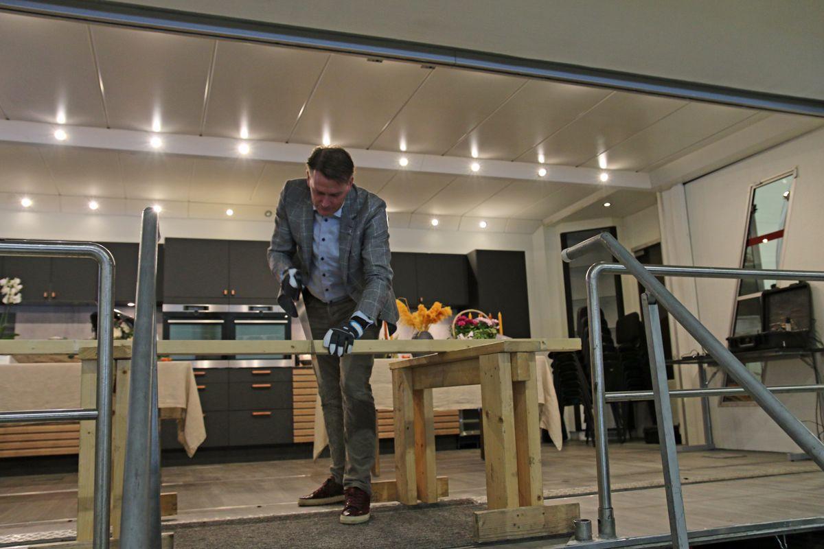 Høyre-politier Kårstein Eidem Løvaas fra Stortingets næringskomité sto for den offisielle åpningen av fabrikken da han sagde over en planke.