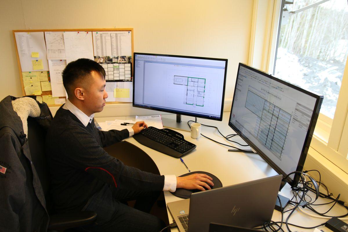Khoa Nguyen er en av konstruktørene som jobber ved det nye prefab-anlegget. For tiden jobber han blant annet med et prosjekt med 21 boliger fordelt på seks bygg i Molde.