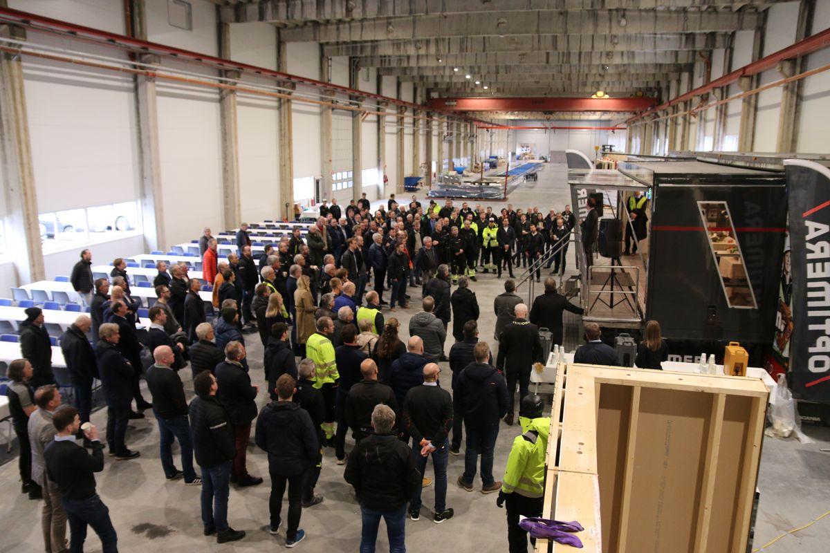 Rundt 200 var til stede under åpningen av den nye prefab-fabrikken.