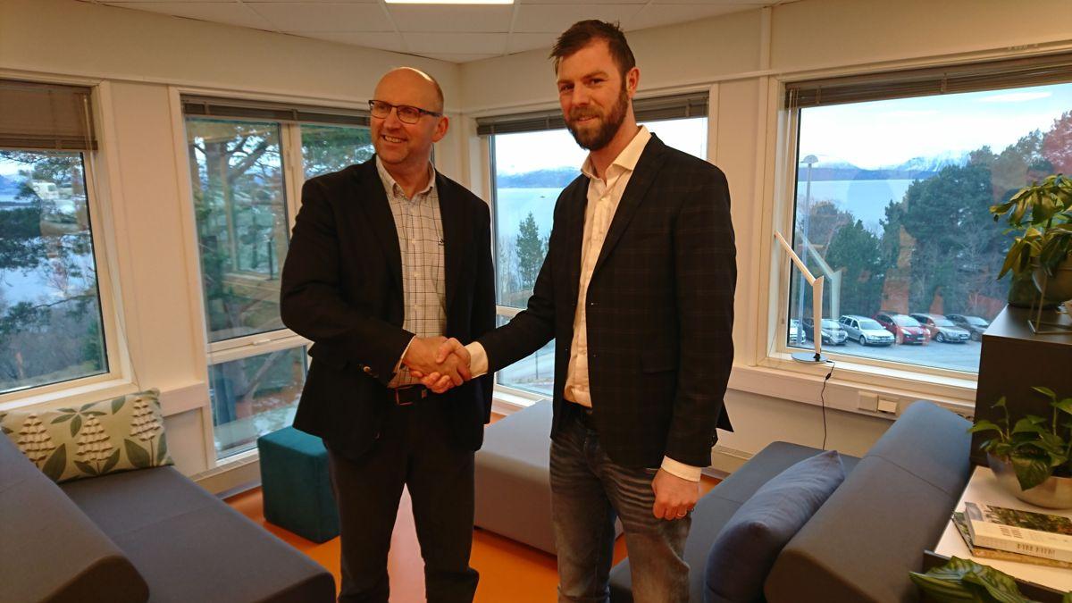 Kommunedirektør Per Sverre Ersvik i Hustadvika Kommune (til venstre) og daglig leder Andreas Andenæs i Christie & Opsahl. Foto: Christie & Opsahl