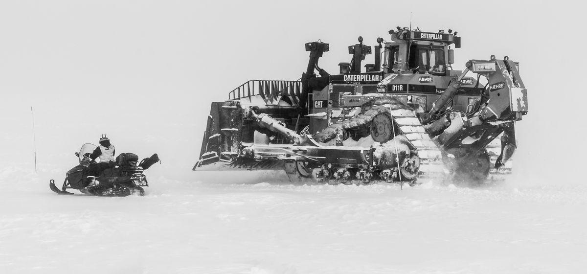 D11-doseren flankeres av prosjektleder Audhild Storbråten på scooter. Foto: Martin Øen.