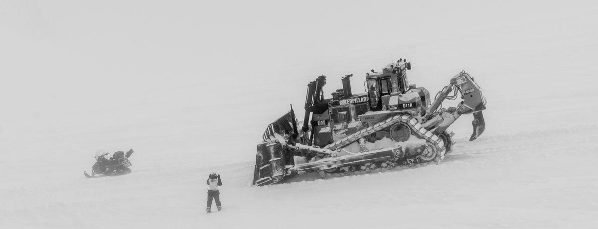 D11 og prosjektleder Audhild Storbråten i tåken på vei til Svea. Foto: Martin Øen.