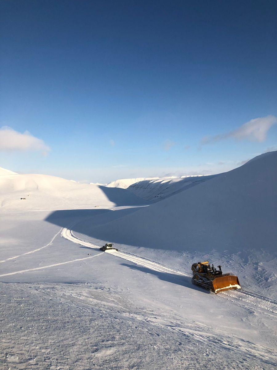 D11 og tråkkemaskin øverst i Todalen. Foto: Tove Sandblost.