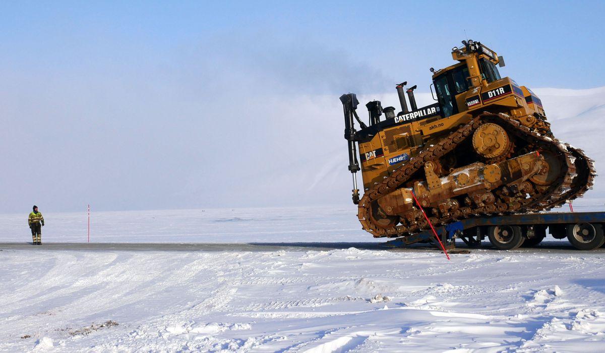 <p>Doseren kjøres av en trekkvogn i Todalen utenfor Longyearbyen. Foto: Martin Øen.</p>