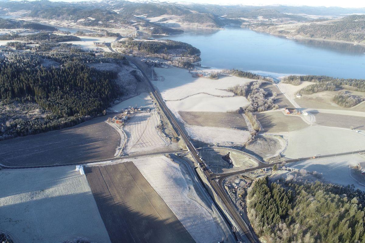 Her vises både motorvei og veikryss på Steinkjer-siden av Beitstadsundet, med bru, tunnel og vei på andre siden av sundet helt oppe i bildet. Foto: Trøndelag fylkeskommune