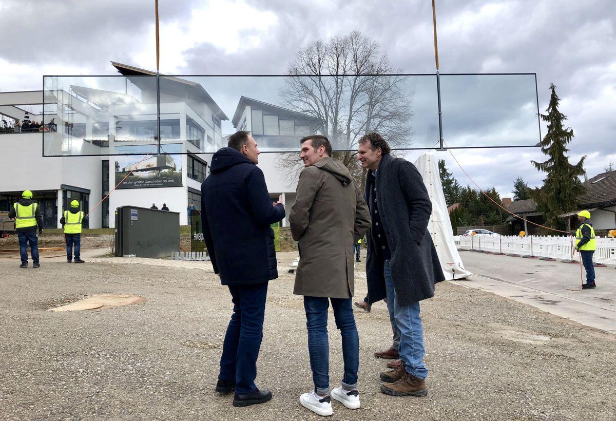 Administrerende direktø Bernhard Veh i Sedak (fra venstre), Wagner-sjef Peter Wagner og arkitekt Titus Bernhard fra Titus Bernhard Architekten. Foto: Sedak