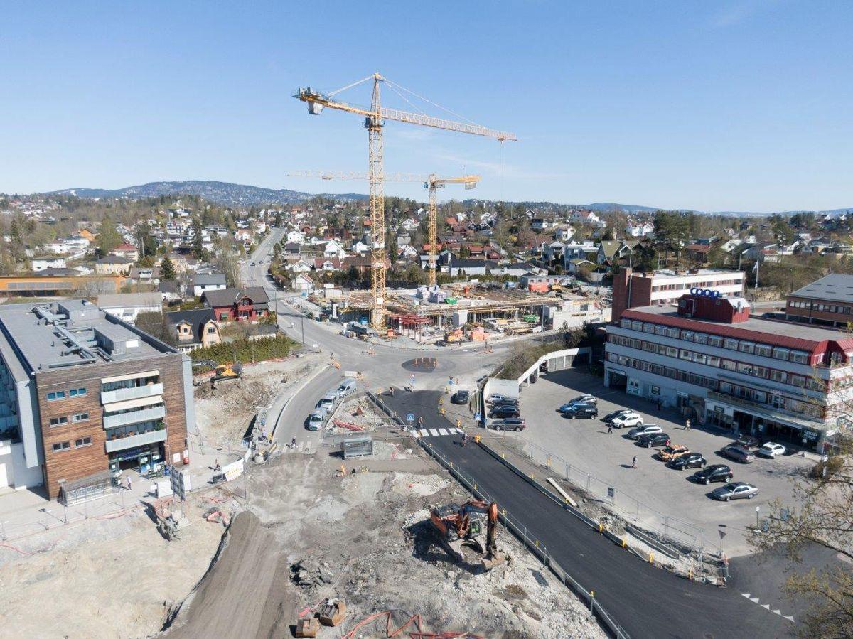 Det er hektisk byggeaktivitet på den nordvestre delen av Bekkestua. I forkant av bildet er det tekniske anlegg og forberedelser til torget det jobbes med. I bakkant er bolig- og næringsprosjektet Nadderudveien 1 kommet over bakkeplan.