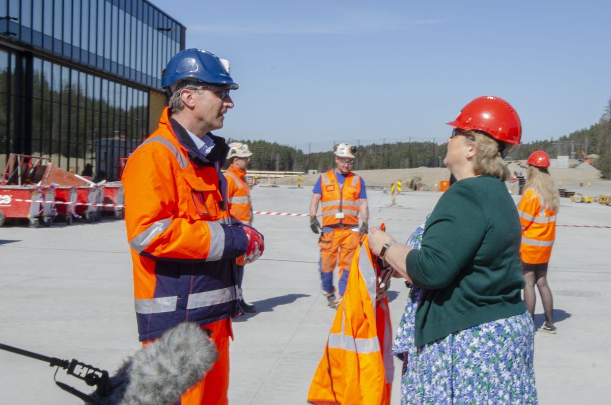 Skanska-sjef Ståle Rød tok imot statsministeren på Politiets nasjonale beredskapssenter tirsdag.