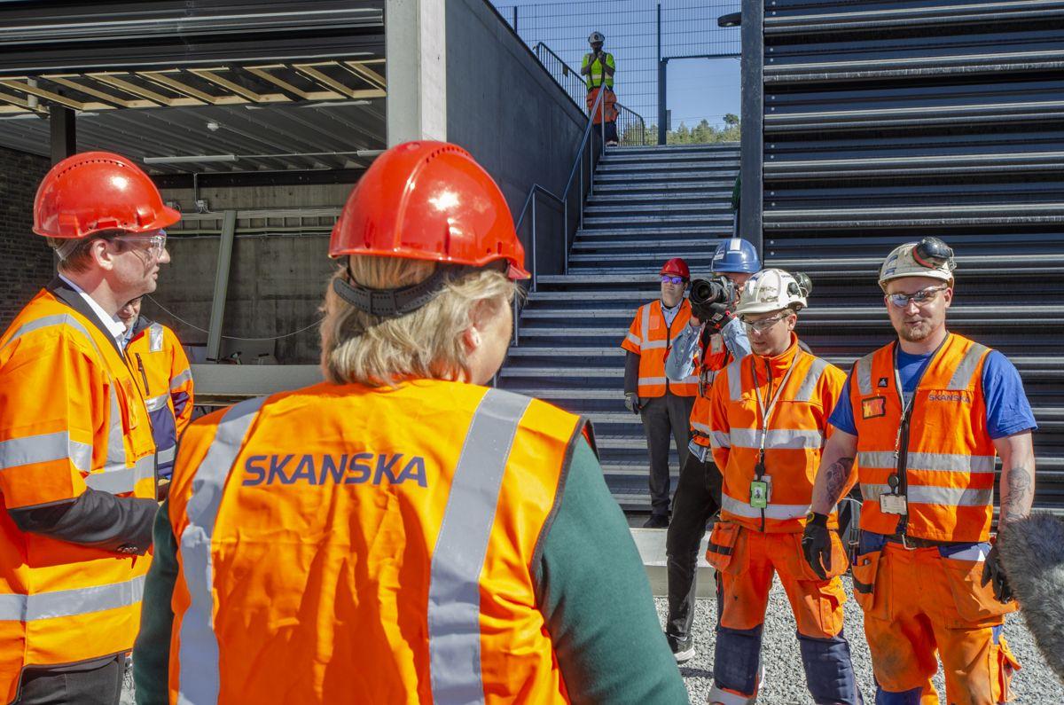 Christopher Hjoberg (til venstre) og Simen Gabrielsen får begge oppdatert kompetansen sin i bygg- og anleggsnæringens bransjeprogram.
