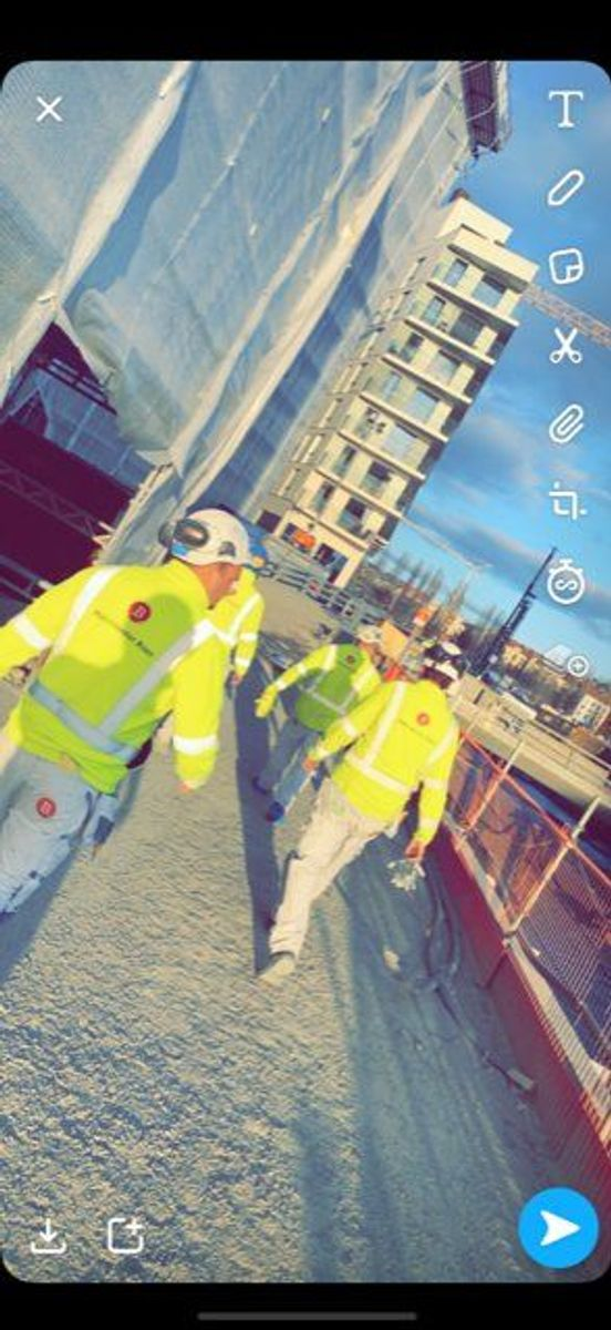 Arbeiderne i Malermester Buer er på vei på jobb på AF Gruppens byggeplass i Bispevika.