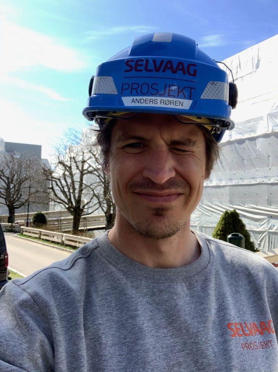Anders Røren, prosjektleder i Selvaag Prosjekt AS Sola er på jobb i Tokerudlia Boligsameie. - Sola skinner og betongrehabilitering går for fullt, sier han.