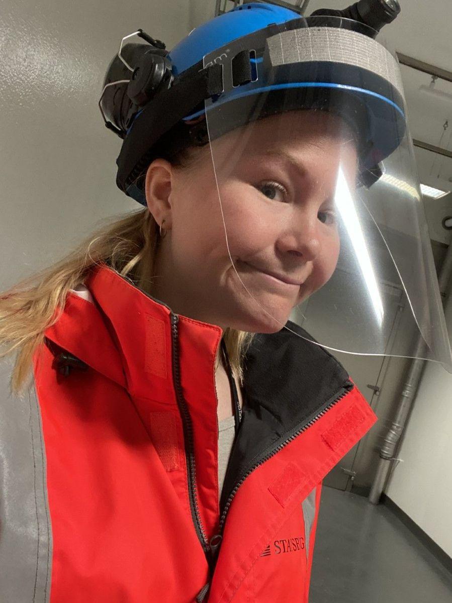 Marianne Skovly jobber som områdekoordinator/byggeleder for Statsbygg på Campus Ås-prosjektet.- Vi bruker blant annet visir for smittevern. Litt uvant, men det funker, sier hun.