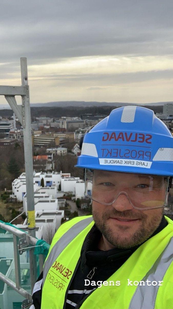Lars Erik Sandlie i Selvaag Prosjekt har tatt selfie på toppen av et stillas. Han er på HMS-befaring og kontroll av utførelse av STO puss systemet på Parnassen Boligsameie i Oslo.