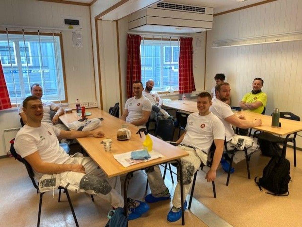 Arbeiderne i Malermester Buer på AF Gruppens byggeplass i Bispevika tar seg en velfortjent matpause. – God plass i en vanligvis full spisebrakke, skriver prosjektformann Håvard Kvivesen.