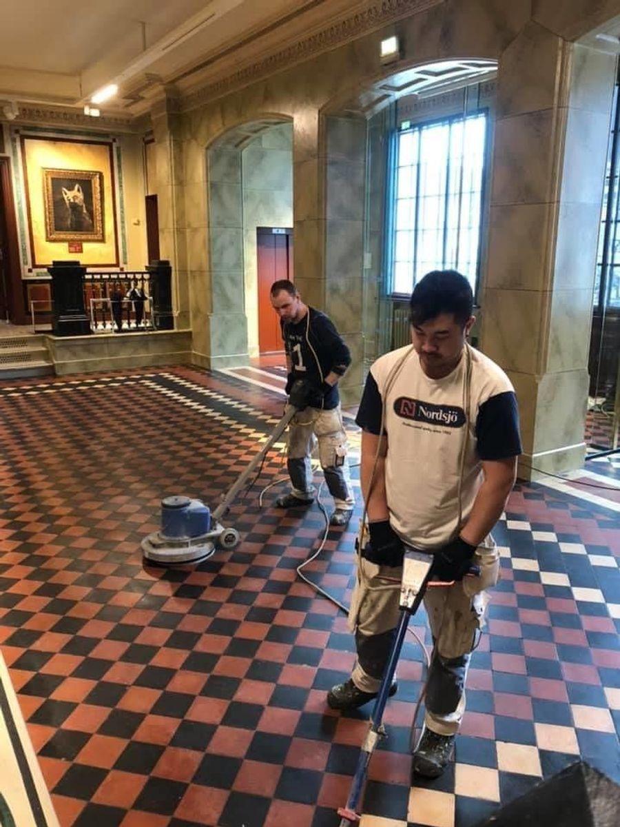Thomas Nilsen og Tinnapob Meesuai jobber med gulvarbeider for Malermester Meusburger AS i Odda