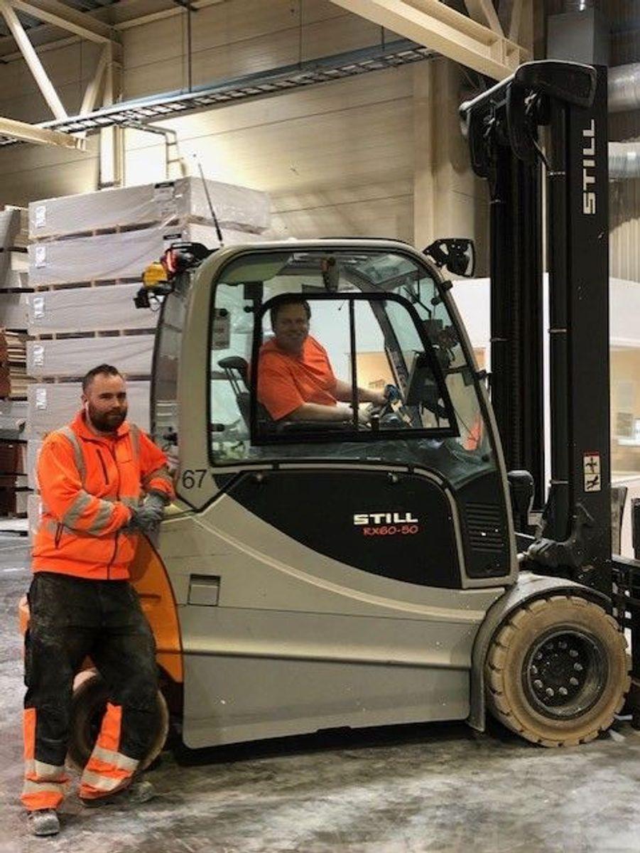 Arbeidshverdagen til Stian Mørkhassel og Joakim Hammerlund i Norgips er snudd på hodet. Bedriften har innført strenge krav til avstand og god hygiene, men produksjonen fortsetter fortsatt som planlagt.