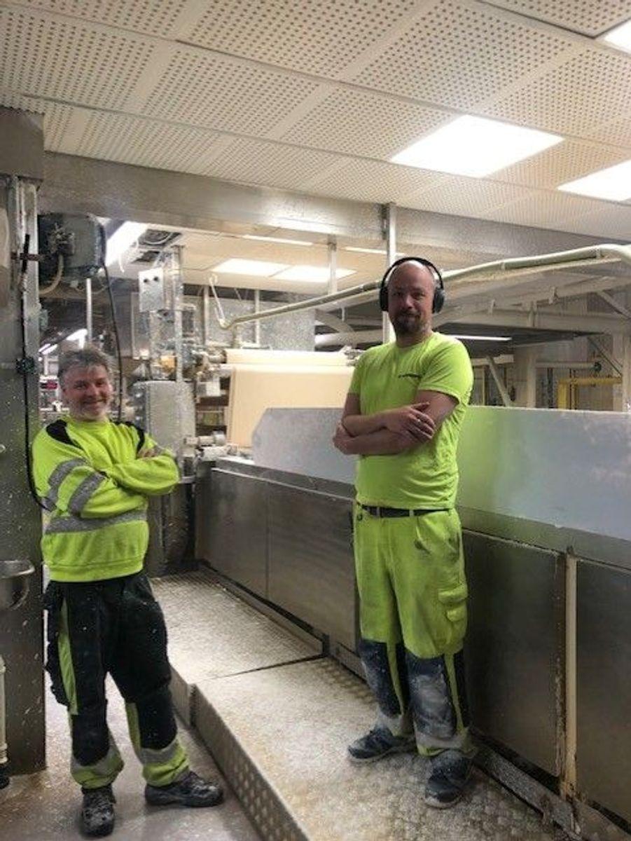 Bern Roger Aase og Christian Skistad i Norgips produserer gipsplater lokalt i Svelvik.