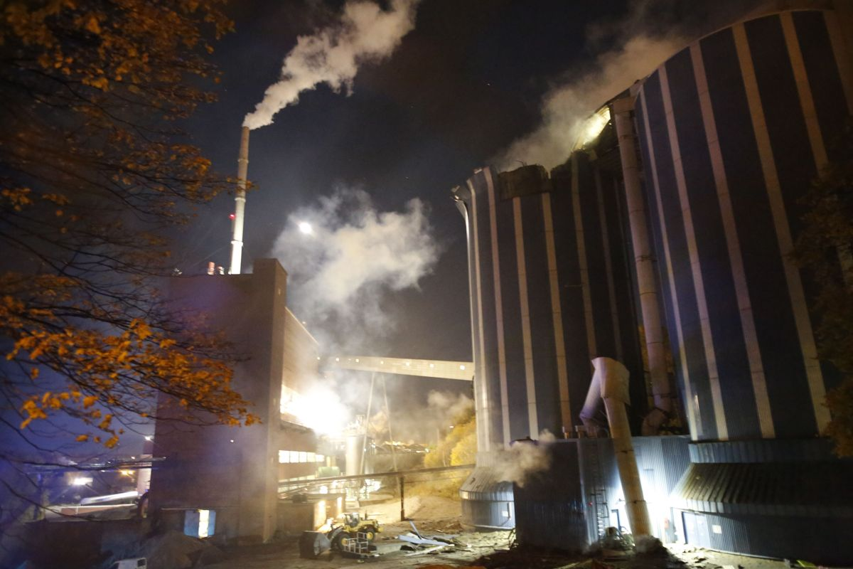 Politiet melder at det er stor eksplosjonsfare som følge av branner i to siloer på Borregaard i Sarpsborg. Ingen personer skal være skadd. Foto: Tobias Nordli/Sarpsborg Arbeiderblad / NTB scanpix