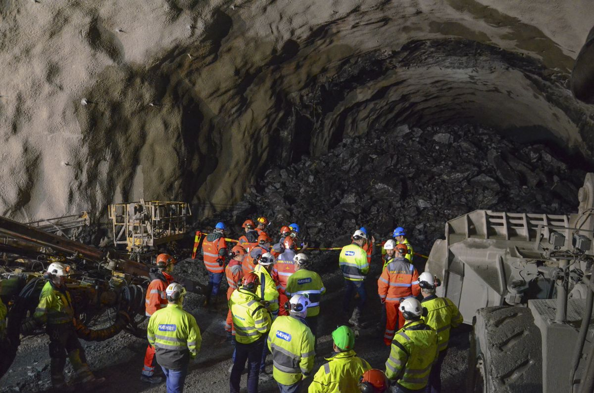 """Det ble en tradisjonell markering med """"dram på røysa"""" da E16 prosjektet kunne feire gjennomslag i Filefjelltunnelen. Foto: Statens vegvesen."""