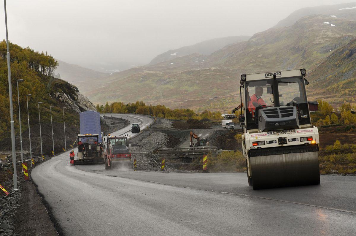 Hæhre bygger 14 kilometer ny vei i dagen mellom Varpe Bru og Smedalsosen. 65 prosent er nå ferdig. Foto: Statens vegvesen.