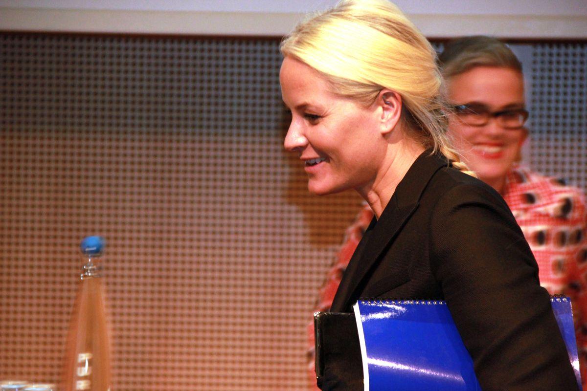 <p>Kronprinsesse Mette Marit fikk en dagsaktuell oppdatering på grønne bygg da hun deltok på Zerokonferansen 28. oktober. I bakgrunnen Guro Nereng, som er fagansvarlig for bygg i Zero.</p> Foto: Foto: Svanhild Blakstad