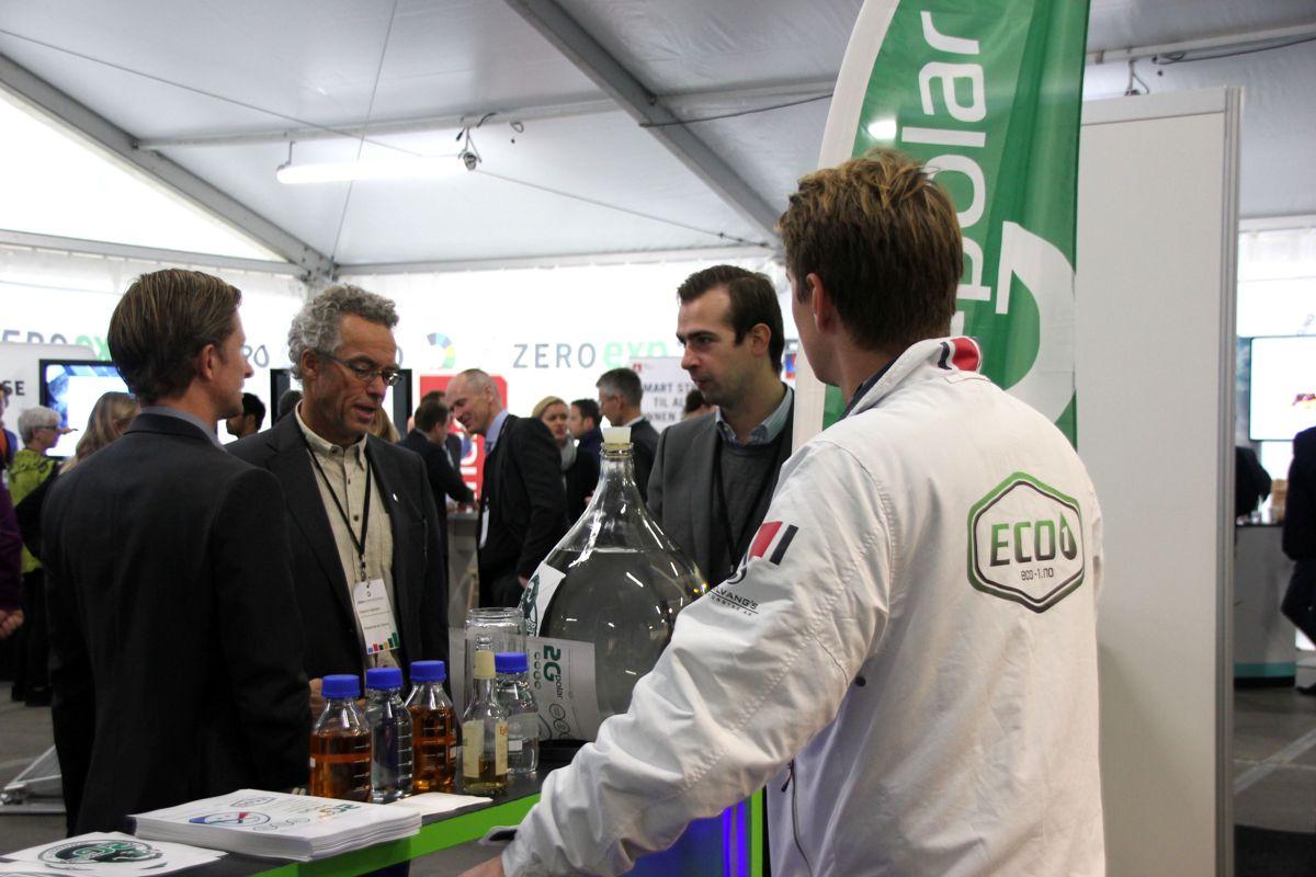 Temautstillingene på Zerokonferansen 2015 presenterer det fremste innen dagens klimateknologi og morgendagens løsninger. Her besøker MDGs Marius Hansson en av utstillerne. (Foto: Svanhild Blakstad)