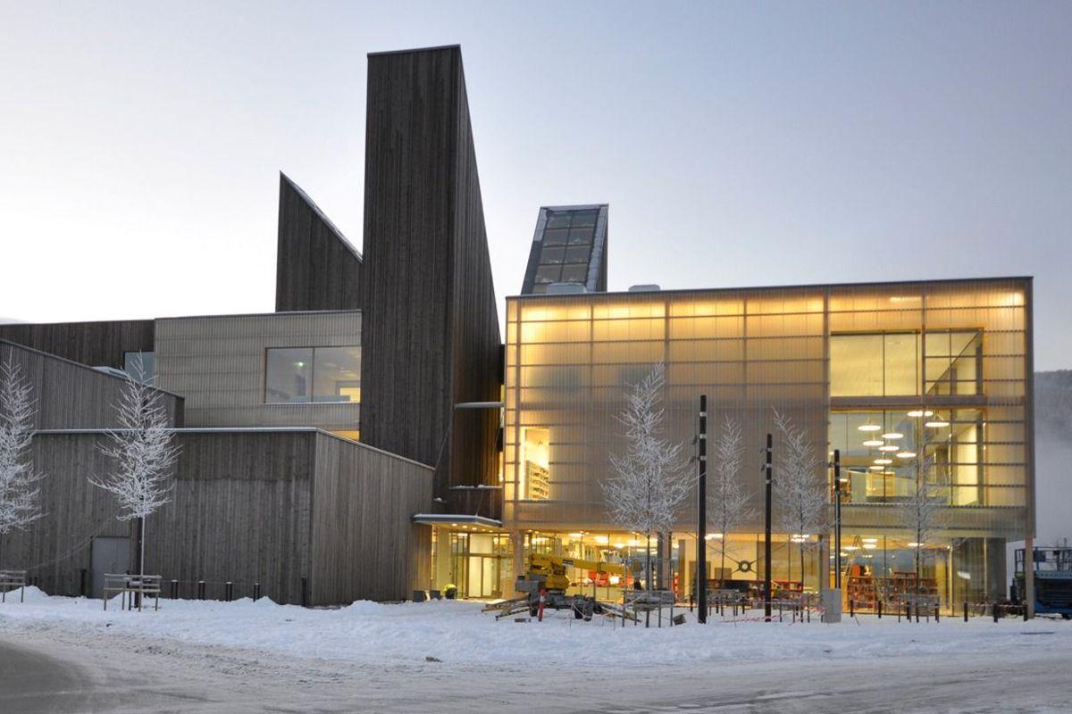 Notodden Bok- og Blueshus på Notodden er nominert i kategorien Beste utendørsbelysning. Foto: Børve og Borchenius